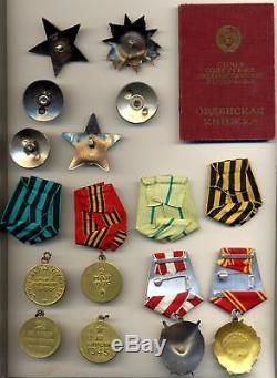 Groupe Soviétique Complet Avec Les Ordres De Lénine Et La Bannière Rouge