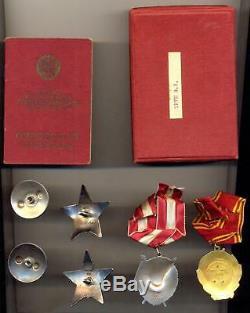 Groupe Soviétique Russe Avec Les Ordres De Lénine Et La Bannière Rouge